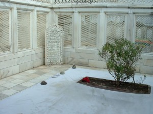 Aurangzeb's tomb: (photo and description courtesy: library.lakeforest.edu)